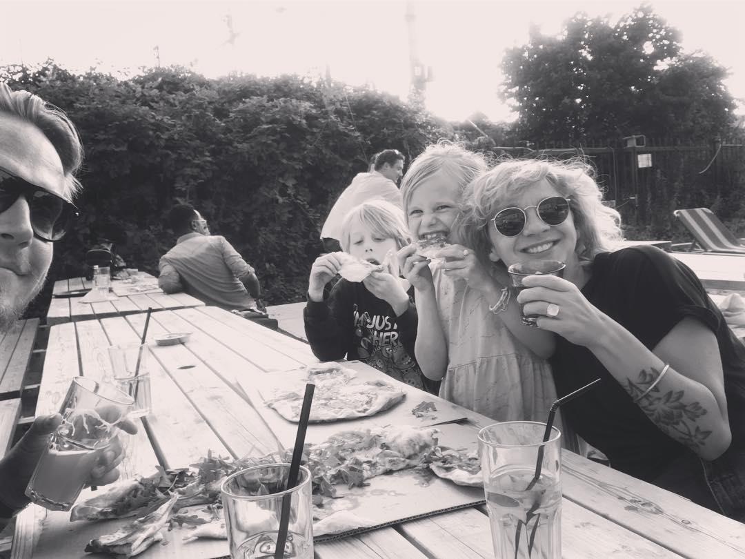 ❤️Vandaag 17,5 jaar verkering met die knappe op links. Feest met pizza, bier en limonade bij de Oerkap ❤️
